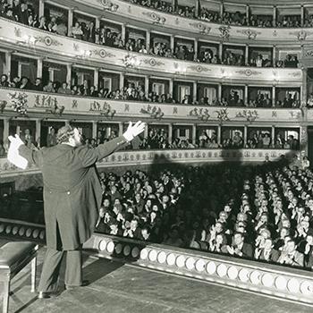 Il M° Luciano Pavarotti al Teatro Comunale di Modena, oggi a lui dedicato